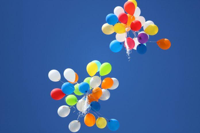 Palloncini che volano in cielo